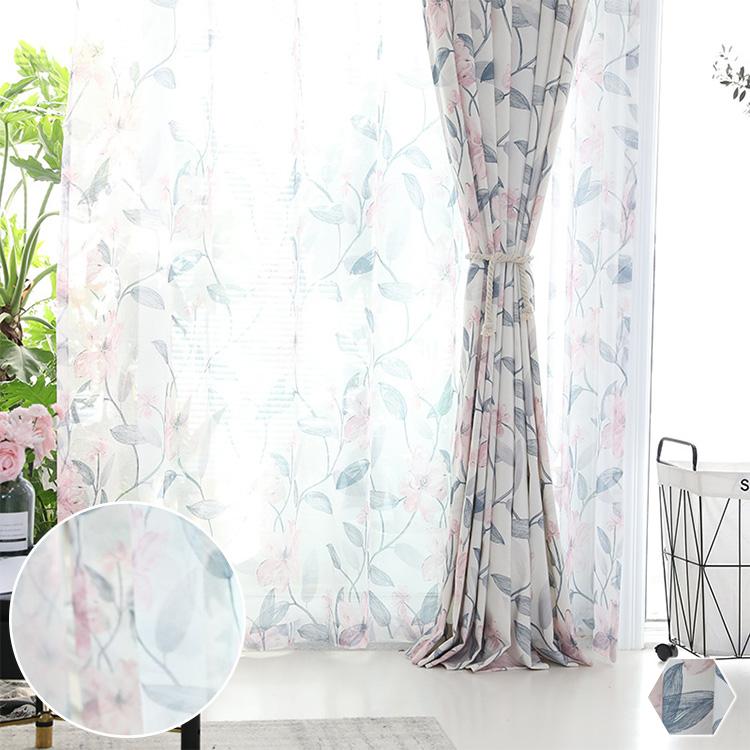 ふんわりとしたタッチで描かれた花とリーフ柄レースカーテン