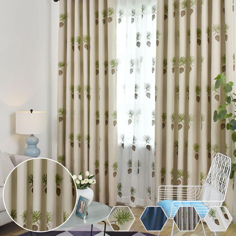 一つ一つ丁寧に刺繍された松かさのカーテン