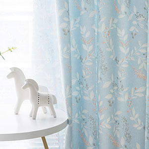 花水木にモチーフしたデザインのドレープカーテン