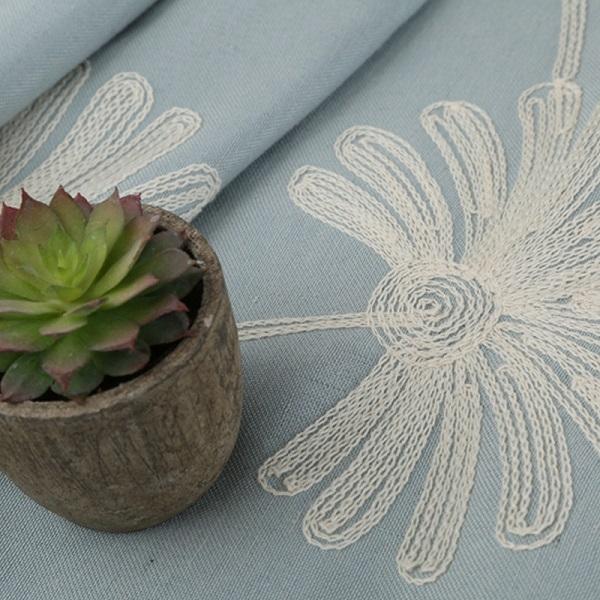花扇の紋様を刺繡されたドレープカーテン