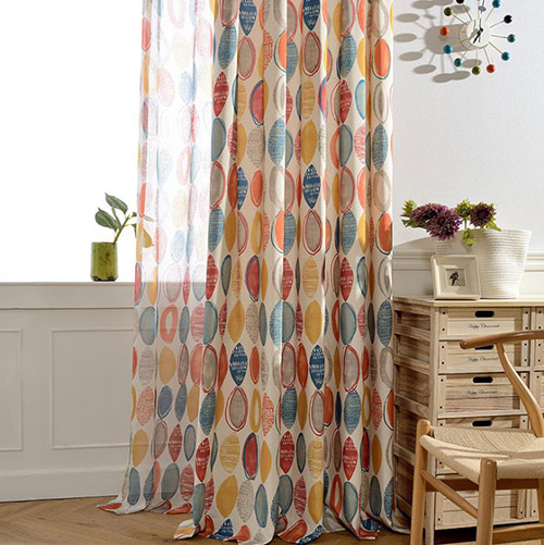 丸の絵柄のドレープカーテン