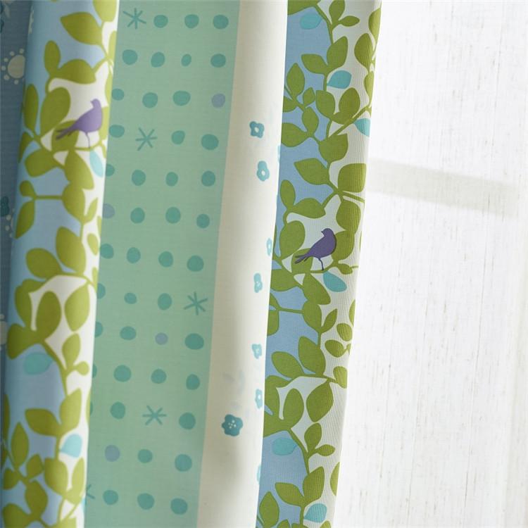 グリーンとブルー心地よい色合わせ、点と植物柄の2級遮光ドレープカーテン