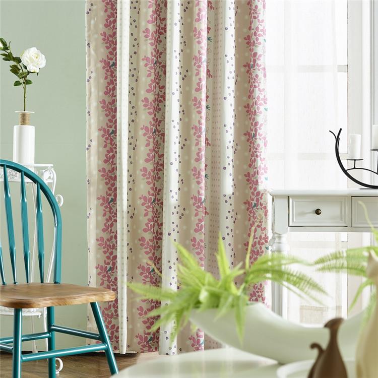 ピンクとベージュ心地よい色合わせ、点と植物柄の2級遮光ドレープカーテン
