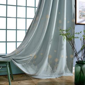 小花と蝶々の刺繍が入ったドレープカーテン
