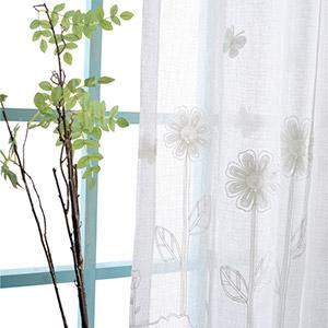 小花と蝶々の刺繍が入ったレースカーテン