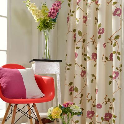 ナチュラルな花刺繍ドレープカーテン