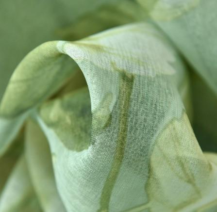 大きなグリーン花柄をプリントされたレースカーテン