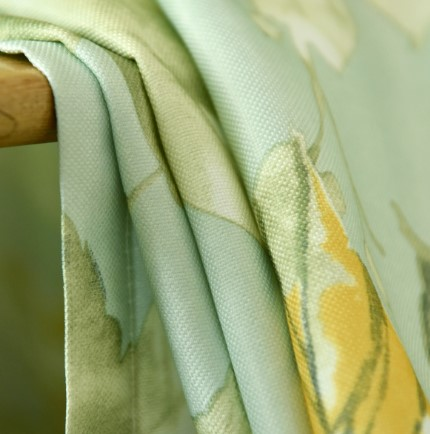 大きなグリーン花柄をプリントされたドレープカーテン