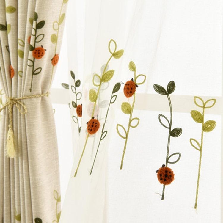 可愛いテントウムシを刺繍されたレースカーテン