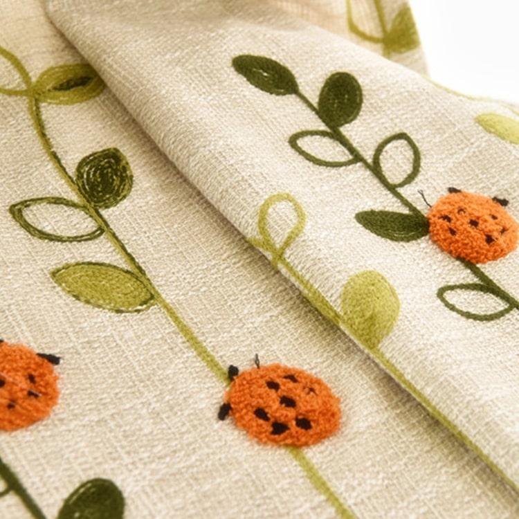 可愛いテントウムシを刺繍されたドレープカーテン