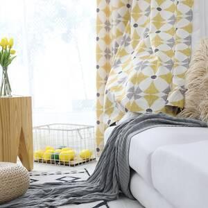 明るい幾何柄の北欧テイストカーテン