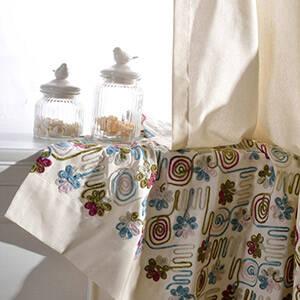 彩り毛糸の刺繍が楽しいカーテン