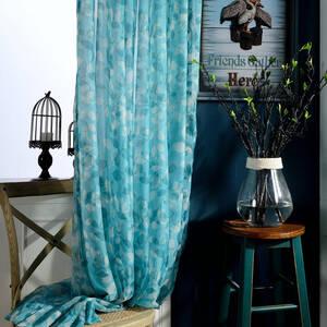 窓辺を彩るリーフ柄のレースカーテン