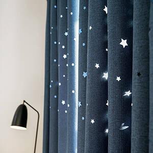 彫り出した星柄のドレープカーテン