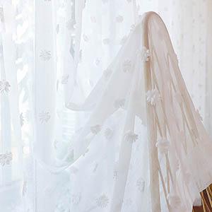 可愛い花柄を刺繍されたホワイトレースカーテン