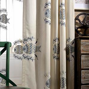 北欧の絵本から出るような魚柄を刺繍されたカーテン